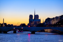 SUNSET ON PARIS (euskadi 69) Tags: lighting sunset paris barges iledelacite pontdelatournelle peniches notredamedepariscathedral publiclamps laseineriver ddelionphotojournalist latournellebridge