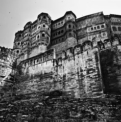 The towering structure.. (PNike (Prashanth Naik..back after ages)) Tags: blackandwhite bw india history architecture nikon fort kingdom kings raja rajasthan jodhpur ancientstructures historicplaces mehrangarhfort highwalls toweringstructure fortsandpalaces vetorama warstructure pnike
