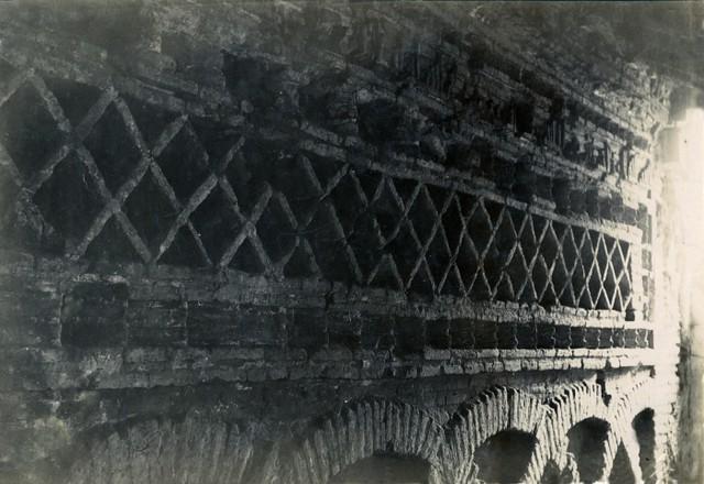 Inscripción en la Fachada de la Mezquita del Cristo de la Luz en junio de 1905. Fotógrafo anónimo. Colección Luis Alba. Ayuntamiento de Toledo