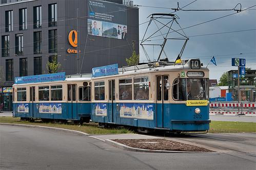 Ausfahrt aus Moosach: Das Ärztehaus und der U-Bahnaufgang zeigen, dass sich die Bebauung hier grundlegend ändert.