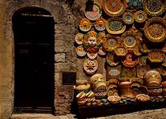 Erice - Trapani (in Explore) (Massimo Frasson) Tags: italia italy sicilia trapani erice centrostorico oldcity pittoresco barocco medioevo architetture souvenir negozio oggetti artigianato ceramiche vasi piatti esposizione strada street
