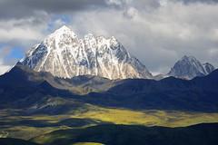 Mount Zhara Lhatse 5820m a sacred mountain in Tibet (reurinkjan) Tags: nature prayerflag chenresig drolma lungta chanadorje sacredmountains jambayang tibetanlandscape  visipix    janreurink ommanipemehung tibetanplateaubtogang kham buddhism tibet sacredmountainsoftibet dardocounty zharalhatse5820m19094ft lhaganggompa minyaglhagangyongdzograbgilhakangtongdrolsamdribling chortenmchodrten nyingmapasherda prayerflagsonstaff landscapeyulljongs naturerangbyung sunsetnyirgas 2010 lhaganglhasgang landscapesceneryrichuyulljongsrichuynjong peakofasolitarymountainridochadridoch