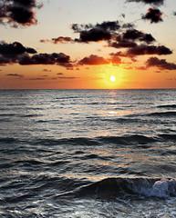 mi patria en mis zapatos   EXPLORE (RalRuiz) Tags: mar amanecer cielo nubes mallorca naranja olas plateado islasbaleares calamillor