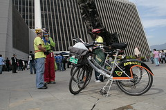 Da sin carro en Medelln (Telemedelln - Aqu te ves) Tags: bicicleta cultura medelln medioambiente movilidad diasincarro areametropolitana telemedelln culturaciudadana
