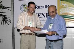 Alexandre recebe o prêmio do Dr. Vitor Hugo