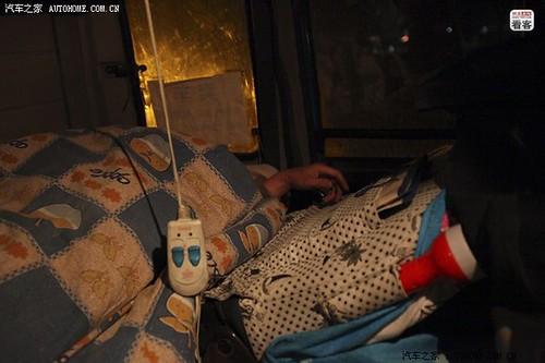 郭伟明蒙着被子抓紧时间睡觉,2个小时后还得起床继续赶路