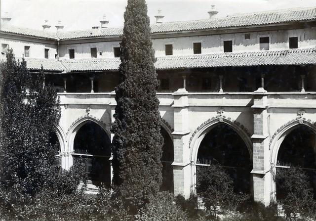 Claustro de la Catedral en junio de 1905. Fotógrafo anónimo. Colección Luis Alba. Ayuntamiento de Toledo