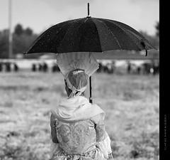 dame sous la pluie - La Batalla de Almansa - 3 (Cani Mancebo) Tags: old portrait espaa woman white black blanco rain umbrella lluvia mujer spain women retrato negro pluie sigma social paraguas blanc 70200 antiguo dama parapluie albacete noire seora robado almansa sigma70200mm 400d canoneos400ddigital canimancebo sigma70200mmf28exdgapomacrohsmiicanon