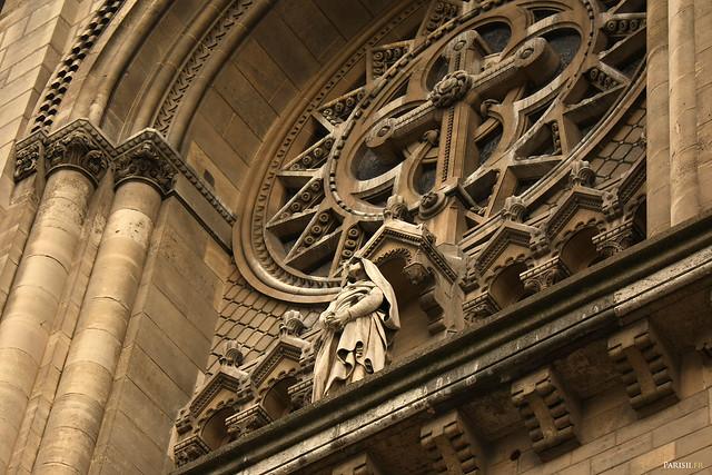 Détails sculptés de la rosace de la façade