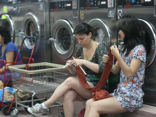 Tricotando na lavanderia em NY
