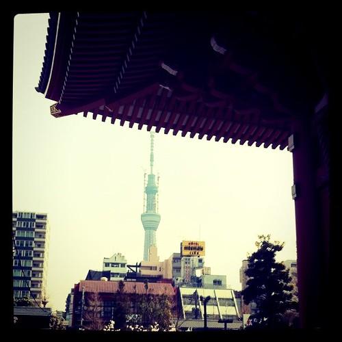 浅草寺からスカイツリーを臨む