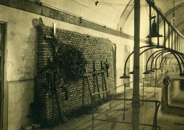 Tumbas improvisadas en el Alcázar de Toledo destruido en la Guerra Civil. Fotografía de Pelayo Mas Castañeda. Causa de los mártires de la persecución religiosa en Toledo