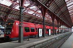 The big red sausage (Jens Rost) Tags: eisenbahn railway zug sbahn trem dnemark commutertrain ferrocarril ferrovia spoorweg lhijuna copenhagencentralstation  stog  stadtbahn jrnvg pendeltg traindebanlieue  jernbane  keretapi rautatie  demiryolu ferroviaire kbenhavnshovedbanegrd  raudtee banliytreni  ngst trendecercanas  forenzentrein  jrnbraut   kolejowych pocigw kopenhagenhauptbahnhof    komuterkereta jalankeretaapi pendolarideitreni  linnalhirongide keretaapikomuter podmiejskich     ilioto electrifiedtrain