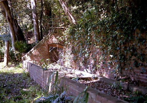 岡本バッタの原に残る煉瓦講