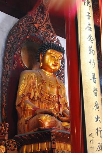 Der goldene Buddha meditiert