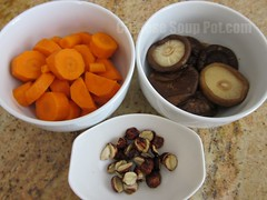 [Photo-ingredients for shiitake carrot lotus seed soup]