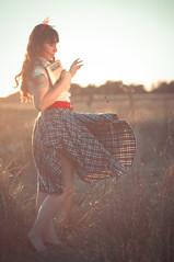 [フリー画像] 人物, 女性, 草原, チリ人, 201104241500