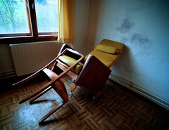 (tonal decay) Tags: red rot home yellow chair gelb rest stuhl sessel doyouseewhatisee ohneworte gardine altersheim ichsehwaswasdunichtsiehst