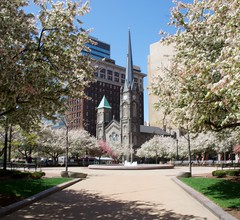 Spring on Cleveland Public Square (Don Iannone) Tags: spring tulips blossoms clevelandohio springtime downtowncleveland oldstonechurch clevelandpublicsquare doniannonephotography nikond2xcamera
