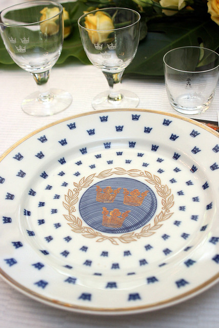 This is the same crockery used by Swedish royalty. It bears the three crowns present in their national coat of arms.