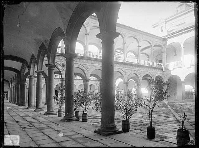 Patio del Hospital Tavera hacia 1880. Fotografía de Casiano Alguacil