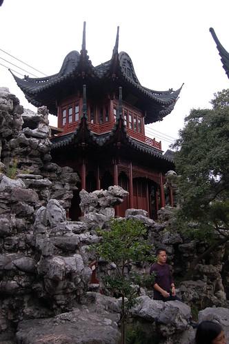 Ein Pavillion neben einer Felsformation des Yuyuan Gartens in Schanghai