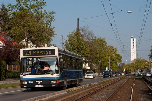 4858 hat gerade die Haltestelle Lohensteinstraße verlassen. Im Hintergrund die Kirche St. Willibald.