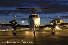 Raytheon B200 King Air (Aviao Brasil) Tags: presidente brazil brasil night canon airplane photo airport long exposure king foto no aircraft aviation air flash picture super aeroporto turbo noturna sem noite aviao beechcraft raytheon propeller nocturne brasilia beech prop intl turboprop xsi exposio longa b200 spotter juscelino helice aviacao pt6 kubitschek 450d sbbr bemflickrbembrasil
