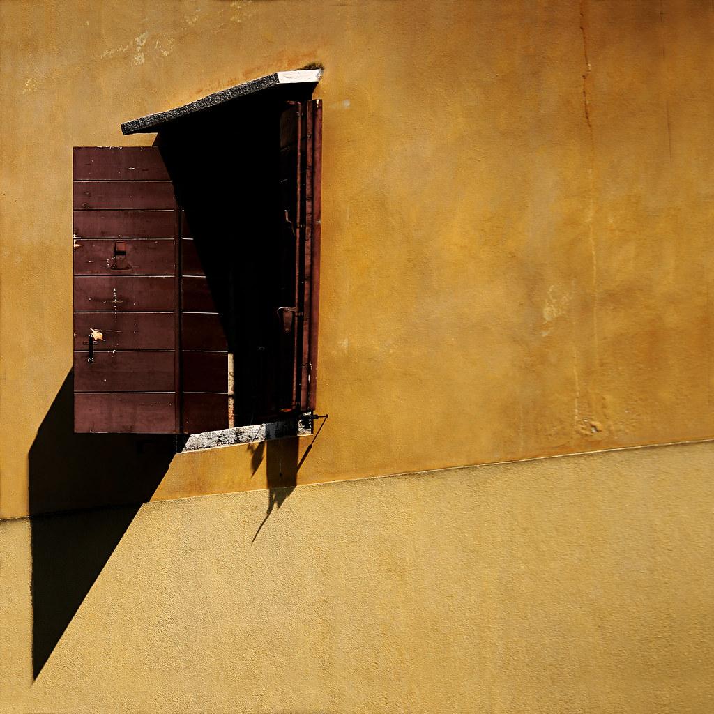 Free la stanza buia salvatore tardino tags venice muro - Parete giallo ocra ...