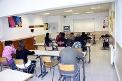 En la imagen se muestra un aula lectiva del centro con alumnos/as.