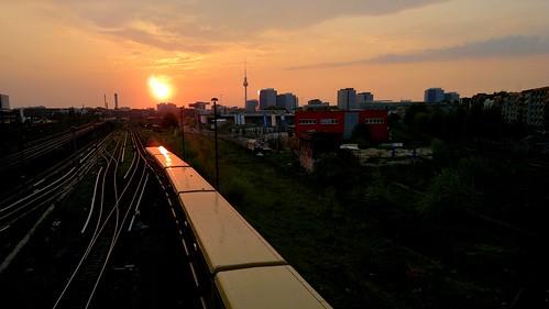 S-Bahn fährt in Friedrichshain, Berlin in den Sonnenuntergang.