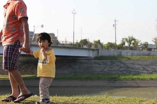 散歩中の子供