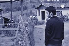 Caminando... (Doris Venegas) Tags: monocromo paisaje campo anciana vino rostros ruido monocolor duotono casaantigua rutadelvino guarilige rostroanciano