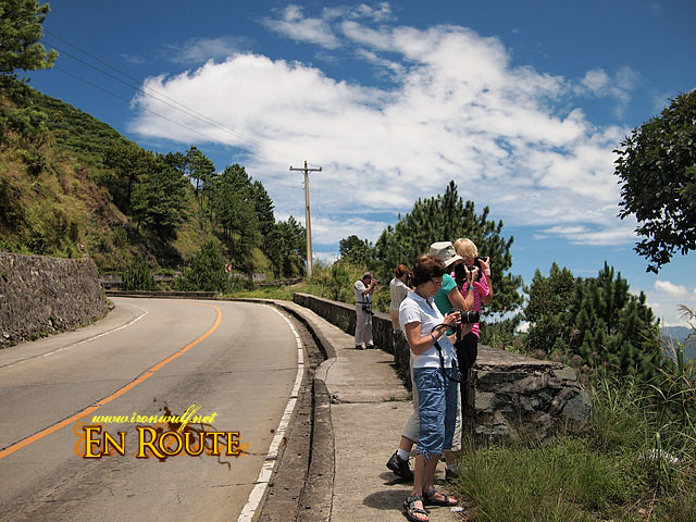 Thr photo group stopping by the road side at Atok