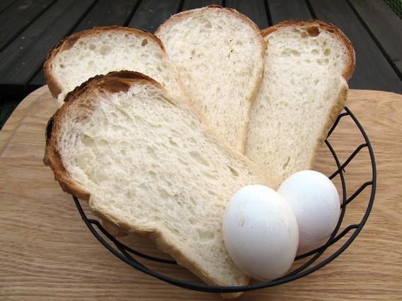 プラスマイナスゼロ ワイヤーバスケットにパンと卵