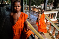 Wat Sombok, Kratie Province - Novice and Teacher (Mio Cade) Tags: boy english temple kid cambodia child monk class teacher master lesson wat province novice kratie kraches sombok