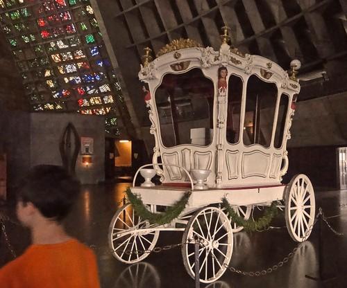 Carruagem na catedral metropolitana do Rio