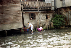 19-068 (ndpa / s. lundeen, archivist) Tags: houses homes people woman house color building film home water 35mm buildings thailand canal dock women bangkok nick canals laundry thai watersedge bathing 1970s 1972 19 washing 1973 klong dewolf youngwomen washingclothes khlong klongs doinglaundry nickdewolf photographbynickdewolf khlongs reel19