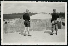 """Archiv H514 """"An der Strae Soltau-Bergen, 19. Juli 1940"""" (Hans-Michael Tappen) Tags: archivhansmichaeltappen strase burschen jungen boys soltaubergen kleidung outdoor outfit fotorahmen 1940er 1940s fototasche knickerbocker"""