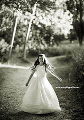 Little Princess (Perolo Orero - www.orerofotografia.com -) Tags: girls light game verde green art luz valencia field grass childhood happy photography yahoo google jump nikon photographer arte bokeh lawn happiness manuel campo chicas salto felicidad nias princesa juego infancia communion d3 pero alegra fotografa hierba comunin csped krop orero orerofotografia wwworerofotografiacom
