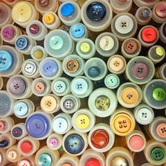 knappar (vanhalen) Tags: buttons colourful frg loppis fynd knappar
