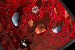 Rocks in a plate 2 (Gustavo Cavalcanti.) Tags: red rock rocks plate vermelho prato pedra pedras dedpxl02