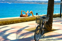 A la sombra de un mvil/In the shade of a mobile (Joe Lomas) Tags: summer espaa bike bicycle mobile spain candid cell movil bicicleta verano celular bici reality chico baador javea realidad xabia robado robados realphoto fotoreal photostakenwithaleica leicaphoto bicienlacalle
