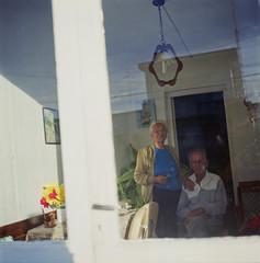 Seora afeitando a su marido (Fede Salvo) Tags: 120 6x6 film uruguay fuji pareja analoga matrimonio 100asa reala viejos yashicamat124g nuevahelvecia federicosalvo