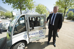 Jan Muecke next to a fuel-cell vehicle