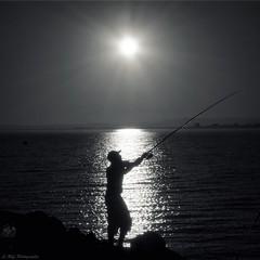 (Le***Refs *PHOTOGRAPHIE*) Tags: light shadow bw sun white black reflection soleil fisherman nikon lumière nb ombre reflet pêcheur contrejour méditerranée d90 legrauduroi lerefs