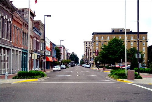 Paducah's Broadway (by: Angry Aspie, public domain via Wikimedia Commons)