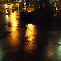 un peu de lumire dans la nuit (primesautiere1) Tags: nuit reflets trottoirs