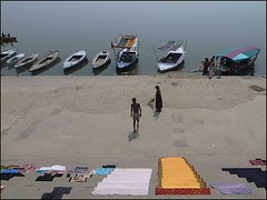 Au Bord du Gange (Christian Lagat) Tags: woman india man colour boat femme laundry varanasi bateau grdigital couleur ganga homme inde sweeper ghat gange uttarpradesh ricohgrd bnars balayeuse