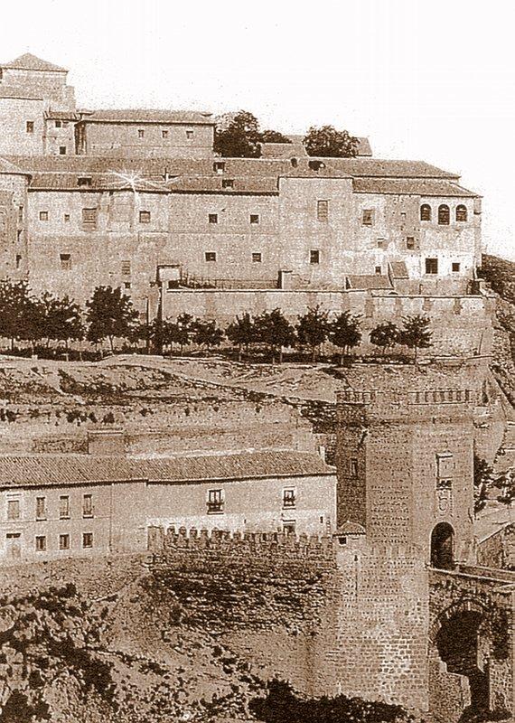 Casas que ocultaban la Puerta de Alcántara tras ser descubierta en 1911